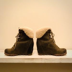 Sorel Conquest Wedge Shearling boot. Army green.